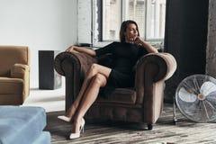 Zupełnie kontemplacja Atrakcyjna młoda kobieta w eleganckim czarnym dre obrazy stock