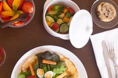 Zupełny menu słuzyć przy stołem zdjęcie royalty free