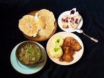 Zupełny menu (polewka, puree ziemniaczane i przepasuje, deseru i pomelo owoc,) Obrazy Stock