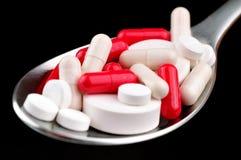Zupna łyżka z różnorodnymi lekami obraz royalty free