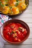 Zupny borscht robić z warzywami, mięso, fasole i burak, zakorzeniamy w pucharze na drewnianym stole fotografia stock