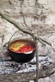 Zupny kucharstwo w okopconym kotle na ognisku Fotografia Royalty Free