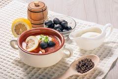 Zupny saltwort z mięsem, grule, pomidory, cytryna, czarne oliwki Obraz Stock