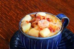 Zuppa dei frutti di mare guarnita con bacon fotografia stock