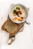 Zuppa dei frutti di mare in una tazza con pane immagini stock libere da diritti