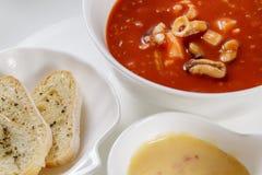 Zuppa di barbabietola tradizionale ucraina e russa - borscht in cla Fotografia Stock Libera da Diritti