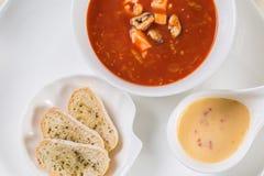 Zuppa di barbabietola tradizionale ucraina e russa - borscht in cla Immagini Stock Libere da Diritti