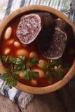 Zuppa di fagioli con il primo piano di morcilla della salsiccia Vista superiore verticale Immagine Stock