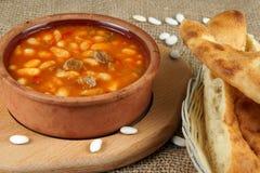 Zuppa di fagioli in terrecotte del paese dell'argilla su una tavola con lavash Fotografia Stock
