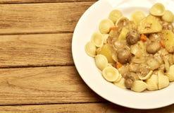 Zuppa di fungo fredda dell'insalata di pasta, bacon della patata Immagine Stock Libera da Diritti