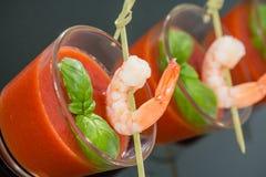 Zuppa di verdure fredda con i gamberetti Fotografie Stock Libere da Diritti