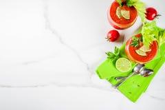 Zuppa di verdure fredda fredda della minestra in vetri Fotografia Stock
