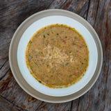 Zuppa di verdure fredda sulla tavola di legno, fine della minestra su Immagini Stock