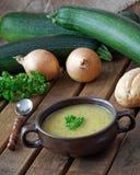 Zuppa di zucchine casalinga fresca con le cipolle e il parsl Fotografia Stock Libera da Diritti