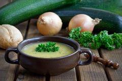Zuppa di zucchine casalinga fresca con le cipolle ed il prezzemolo Fotografia Stock