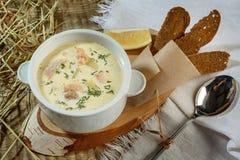 Zuppa di zucchine cremosa con i peperoncini rossi e l'origano, pane croccante con Fotografia Stock