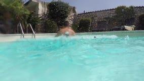 Zurück, springend in das Pool stock video footage