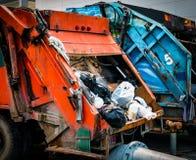 Zurück vom alten Müllwagen mit Abfall Städtischer Abfallwirtschaftsbetrug Lizenzfreies Stockbild