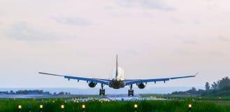Zurück vom ankommenden Flugzeug stockfotos