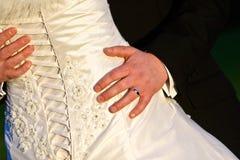Zurück vom Hochzeits-Kleid mit Ringvertretung lizenzfreie stockbilder