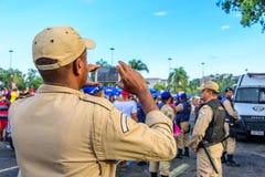 Zurück vom nehmenden Polizisten parken Bilder von Kostümleuten bei Bloco Orquestra Voadora in Flamengo, Carnaval 2017 Stockfotografie