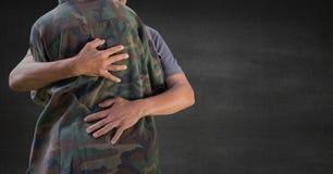Zurück vom Soldaten, der gegen graue Wand umarmt lizenzfreie abbildung