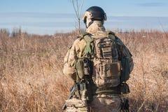 zurück vom Soldatfoto, wlking auf den Gebieten Lizenzfreies Stockbild