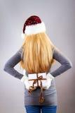 Zurück von awoman mit Weihnachtsgeschenk Lizenzfreies Stockbild