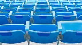 Zurück von den blauen leeren Plastiksitzen Lizenzfreie Stockfotografie