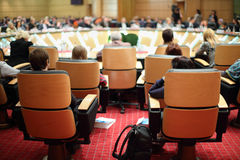 Zurück von den Stühlen mit Teilnehmern Stockfoto