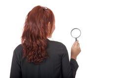 Zurück von der asiatischen Büromädchen-Gebrauchslupe Stockfotografie