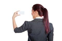 Zurück von der asiatischen Geschäftsfraushow eine leere Karte Stockfoto