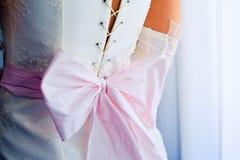 Zurück von der Braut im Hochzeitskleid stockbilder