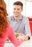 Zurück von der Frau, welche die Hand der biyfriends am Restaurant hält lizenzfreies stockfoto