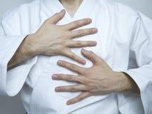Zurück von der Hand in den weißen Kimonokampfkünsten Lizenzfreie Stockbilder