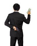 Zurück von einem asiatischen Mann tragen Sie ein Gewehr und ein Geld auf Weiß Stockfoto