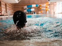 Zurück von einem Mann in einem Swimmingpool Lizenzfreie Stockfotos