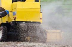 Zurück von einem Traktor, der eine Sojabohnenplantage erntet Lizenzfreies Stockfoto