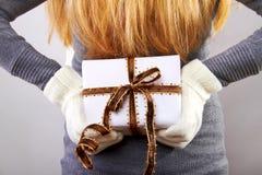 Zurück von einer Frau mit Weihnachtsgeschenk Stockbilder