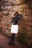 Zurück von einer Jugendlichen, die an einer Wand sich lehnt Lizenzfreies Stockbild
