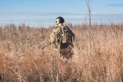 zurück von gehendem Soldaten auf den Gebieten stockfotografie
