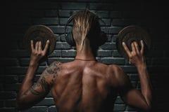 Zurück von hörender Musik des athletischen jungen ästhetischen Mannes Lizenzfreies Stockfoto
