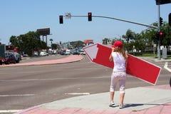 Zurück von Zeichen-wirbelndem Mädchen lizenzfreie stockfotografie