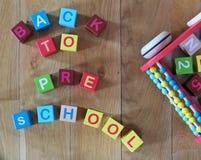 Zurück zu dem Vorschulesatz geschrieben mit bunten hölzernen Würfeln Lizenzfreies Stockfoto