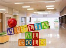 Zurück zu der Schule buchstabiert heraus auf spanisch mit Holzklötzen mit Apfel stockfotos