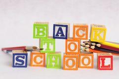 Zurück zu der Schule buchstabiert mit Alphabetblöcken Lizenzfreies Stockfoto