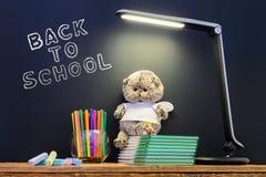 Zurück zu der Schule concepty mit Schreiben auf Tafel und Schreibtisch, Bücher, Einzelteile Lizenzfreie Stockbilder