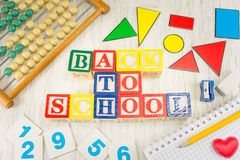Zurück zu der Schule geschrieben mit hölzernen Zellenbuchstaben lizenzfreie stockfotografie