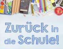 Zurück zu der Schulfahne, die zurück zu Schule in Deutscher ZurÃ-¼ CK sterben herein Schule sagt Lizenzfreie Stockfotos