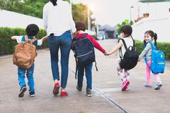 Zurück zu gehender Schule der Schülermutter-Gruppe zusammen pare stockbild